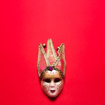Venetiaans masker op rood