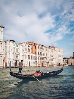 Venetiaanse gondelier punts gondel in venetië, italië