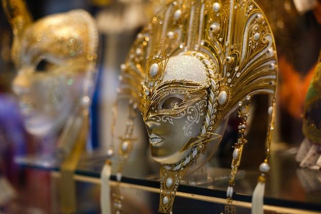 Venetiaanse maskers in winkelvertoning in venetië.