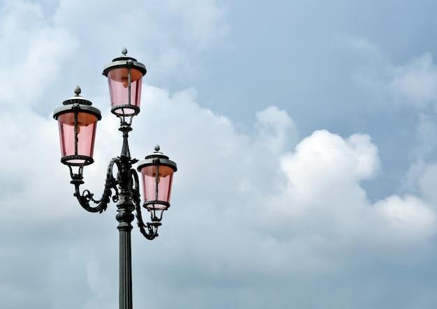Venetiaanse straatlantaarn gemaakt van speciaal lokaal roze glas
