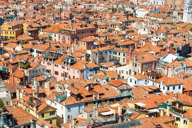 Venetië daken van bovenaf. luchtfoto van huizen, zee en paleizen vanaf de san marco-toren