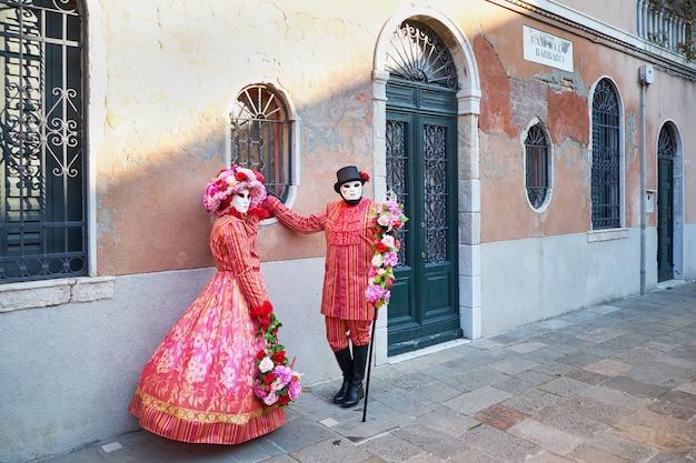 Venetië, italië - 10 februari 2018: mensen in maskers en kostuums op het carnaval van venetië
