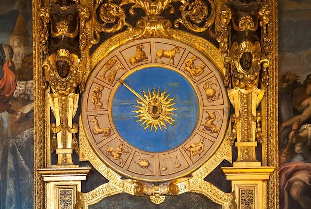 Venetië, italië. detail van de astronomische klok in palazzo ducale
