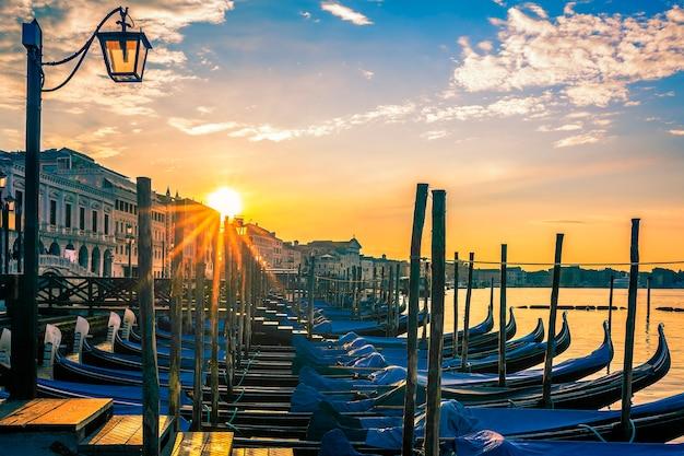 Venetië met gondels bij zonsopgang, italië