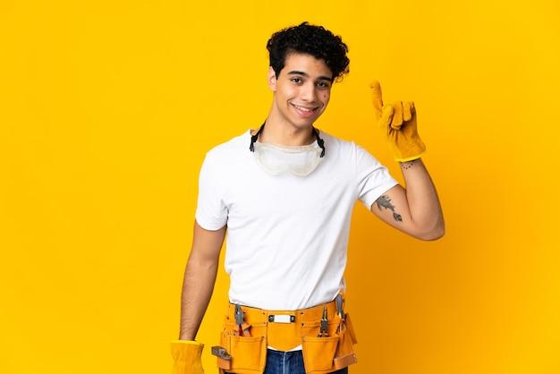 Venezolaanse elektricien man op geel wijst op een geweldig idee