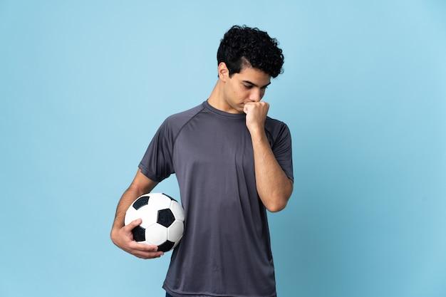 Venezolaanse voetballer man over geïsoleerde muur met twijfels