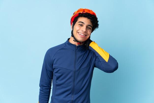 Venezolaanse wielrenner man op blauw lachen