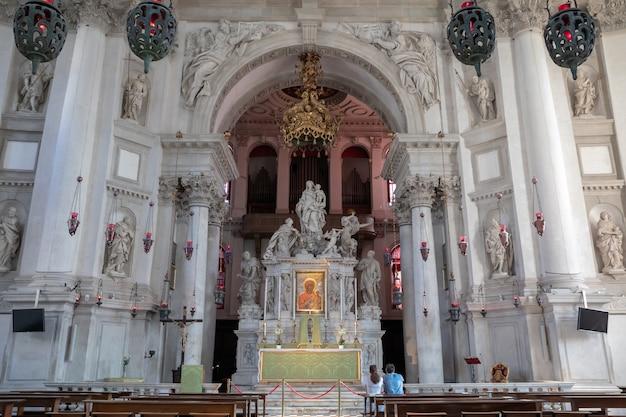 Venice, italië - 1 juli 2018: panoramisch van het interieur van de basilica di santa maria della salute (saint mary of healt), bekend als salute, is een rooms-katholieke kerk en een kleine basiliek