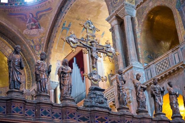 Venice, italië - 15 augustus 2014: interieur van de basiliek van san marco in venetië, italië