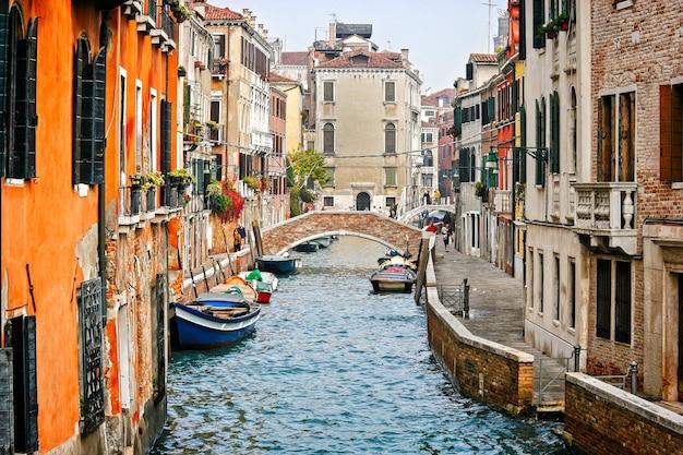 Venice, italië - 26 oktober: bekijk langs een kanaal in venetië op 26 oktober 2006. niet-geïdentificeerde mensen.