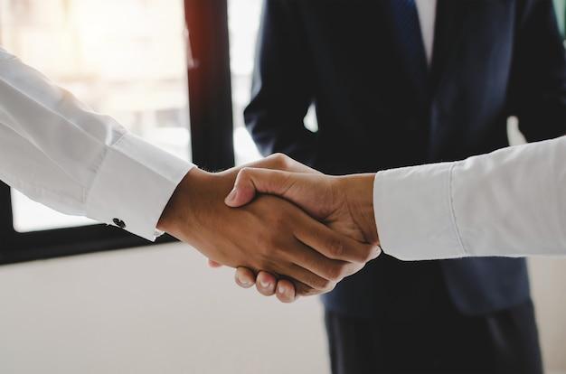 Vennootschap. groep van zakelijke beleggers mensen handdruk na zakelijke bijeenkomst in de vergaderzaal op kantoor