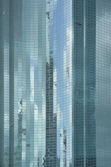 Venster dicht opbouwen. moderne appartementsgebouwen in nieuwe wijk. textuur.