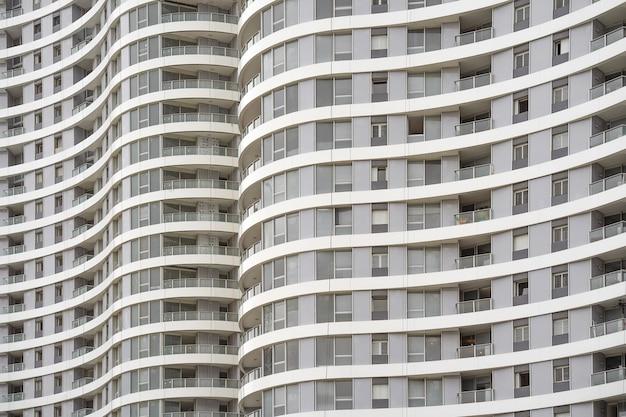 Venster en balkons in het gebouw. moderne appartementsgebouwen in nieuwe wijk. textuur.