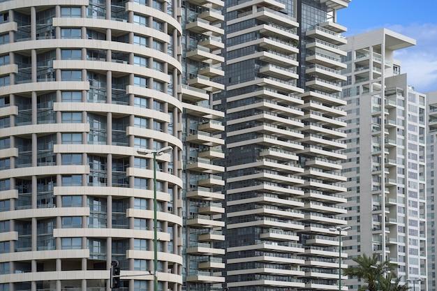 Venster en balkons in het gebouw. moderne appartementsgebouwen in nieuwe wijk.