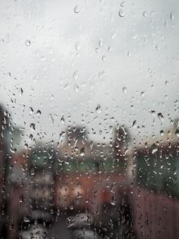 Venster in de regenstad