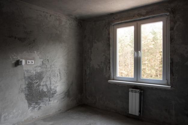 Venster in een nieuw appartement zonder afwerking