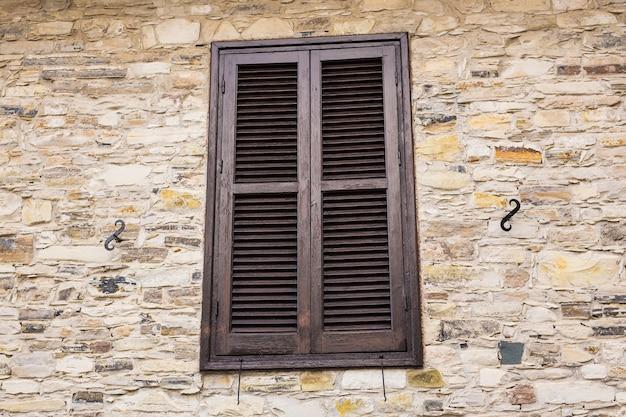 Venster met witte luiken. ramen zijn gesloten