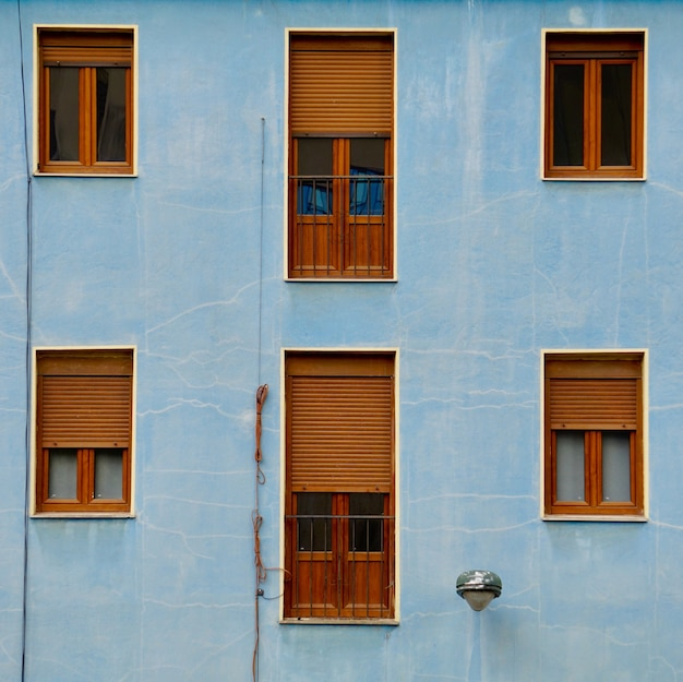 Venster op de blauwe gevel van het huis, architectuur in de stad bilbao, spanje