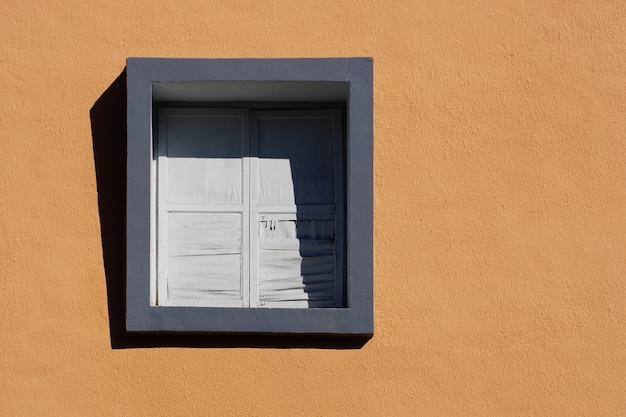 Venster op de oranje gevel van het huis, architectuur in de stad bilbao, spanje