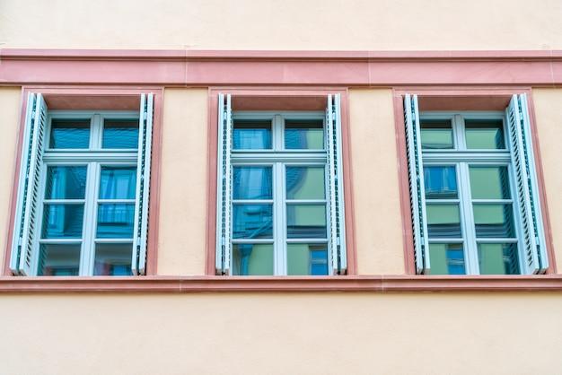 Venster op kleurrijke muur