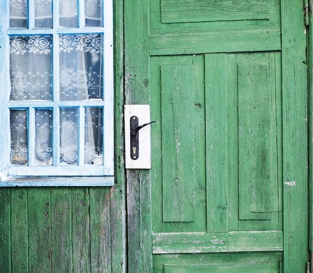Venster van een oud houten huis