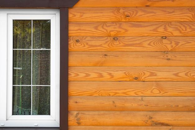 Venster van houten plank cottage extreme close-up.