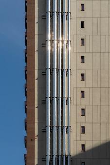 Ventilatie aan de muur om warme lucht aan de muur van het gebouw af te voeren