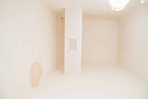 Ventilatie. de afzuigkap voor de badkamer en toilet om de luchtvochtigheid in de kamer te verminderen. dit verlengt de levensduur van de afwerking, voorkomt het verschijnen van micro-organismen, maakt de kamers comfortabel.