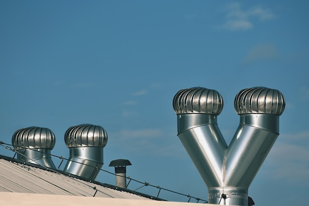 Ventilatie en airconditioning op het dak van het huis