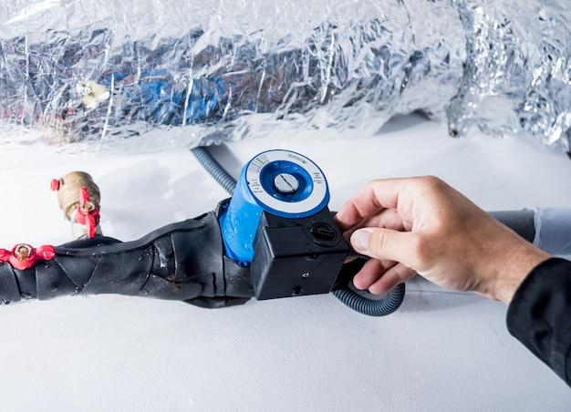 Ventilatie reinigen. specialist op het werk. ventilatiesysteem repareren (hvac)
