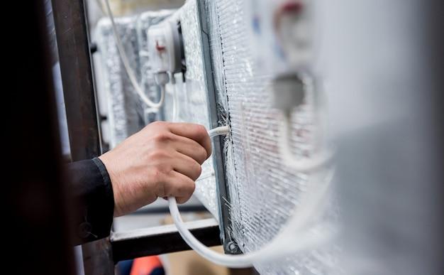 Ventilatie reinigen. specialist op het werk. ventilatiesysteem repareren