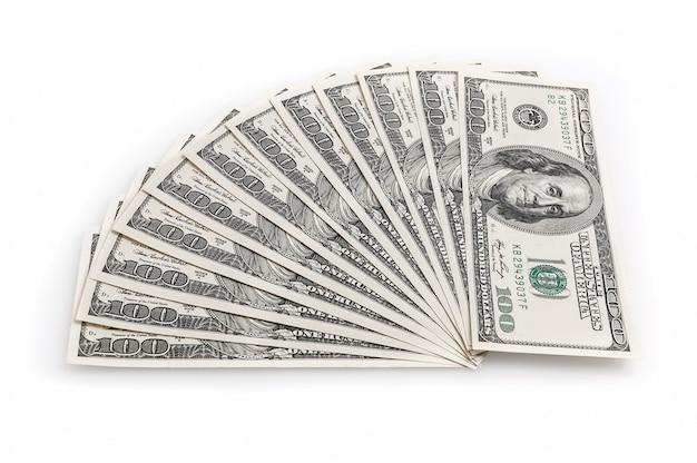 Ventilator van honderd dollarsrekeningen op een witte achtergrond. uitzicht van boven.