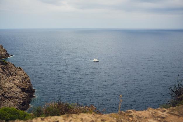 Ver in de zee zeilboten en schepen aan de horizon. kopieer ruimte.