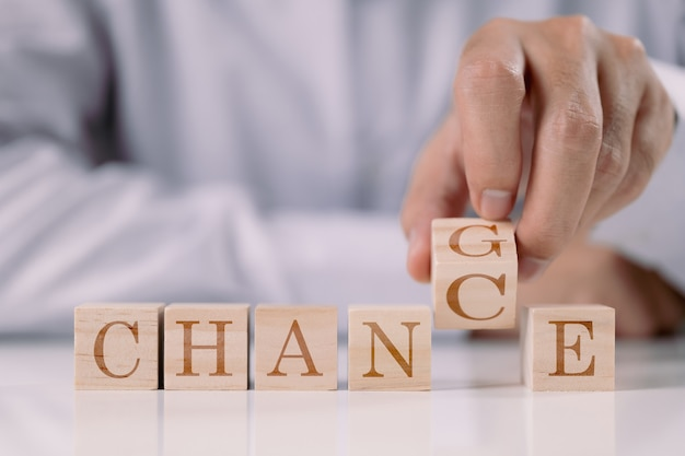 Verander in toeval zakenmanontwikkeling en carrièregroei of verander jezelf concept