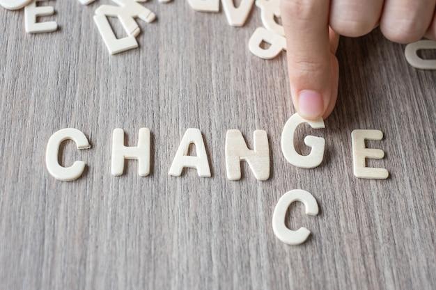 Verandering en kanswoord van houten alfabetbrieven. bedrijf en idee concept