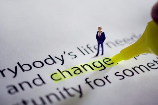 Verandering voor nieuwe uitdaging in het leven of bedrijfsconcept. miniatuur figuur van zakenman