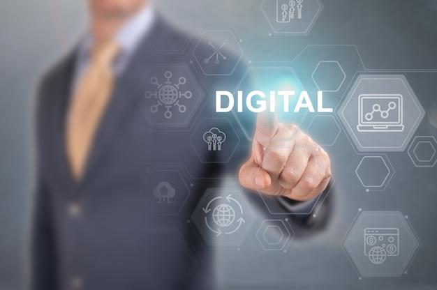 Verandermanagement van digitale transformatie, seo, nieuwe technologiegegevens en bedrijfsprocesstrategie, automatisering, internet en cloud computing, digitale verbinding. zakenman drukt op woord digitaal