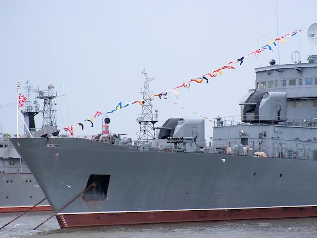 Verankerd oorlogsschip in haven