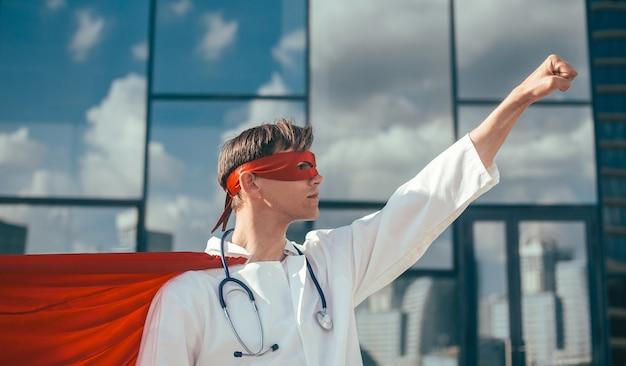 Verantwoordelijke dokters-superheld is klaar voor een nieuwe taak