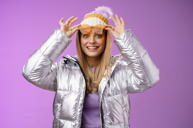 Verbaasd aantrekkelijk gefascineerd jonge vrouwelijke reiziger opstijgen zonnebril uitchecken prachtig perfect uitzicht besneeuwde bergen glimlachen als een kind onder de indruk tevreden perfecte huwelijksreis winter.