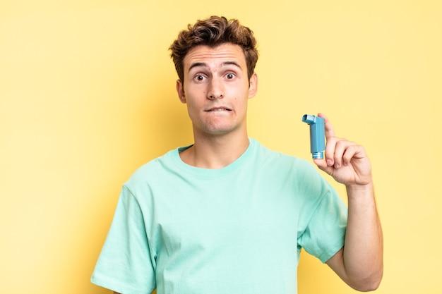 Verbaasd en verward kijkend, lip bijtend met een nerveus gebaar, niet wetend het antwoord op het probleem. astma concept