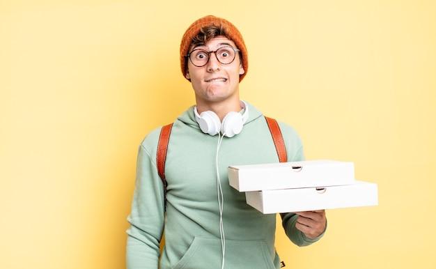 Verbaasd en verward kijkend, lip bijtend met een nerveus gebaar, niet wetend het antwoord op het probleem. pizza concept