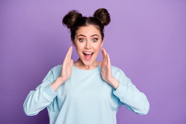 Verbaasd gek positief vrolijk meisje jeugd hoort ongelooflijk nieuws wil delen privé nieuwigheid handen vasthouden lippen schreeuwen draag stijlvolle trendy outfit geïsoleerde paarse kleur achtergrond