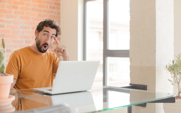 Verbaasd kijken met open mond geschokt het realiseren van een nieuw idee, idee of concept