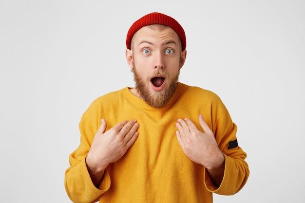 Verbaasd mannetje houdt mond open, handen op de borst, geschokt, staart naar voren