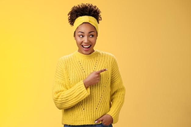 Verbaasd schattige vrouwelijke moderne afro-amerikaanse vrouw roddelen domme lachen drop kaak lachend sur...