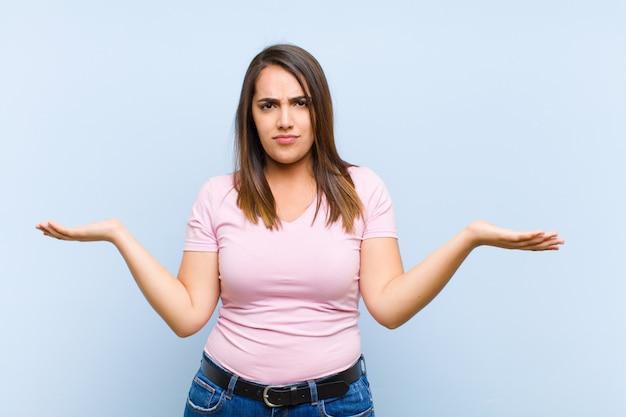Verbaasd, verward en gestrest, zich afvragend tussen verschillende opties, onzeker
