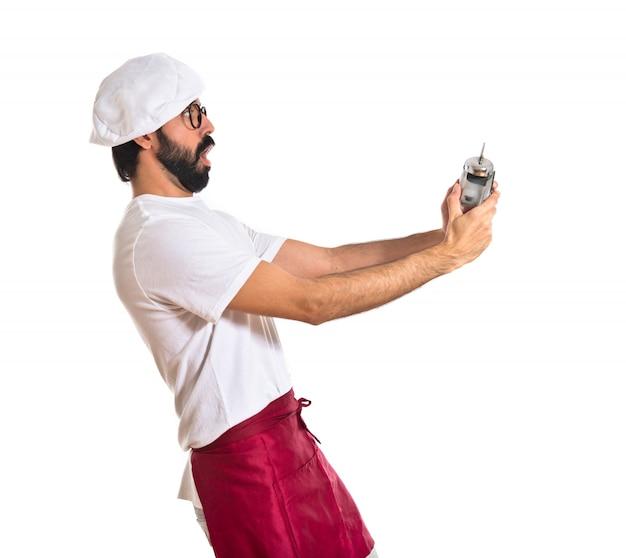Verbaasde chef-kok met een klok