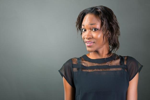 Verbaasde jonge afrikaanse vrouw