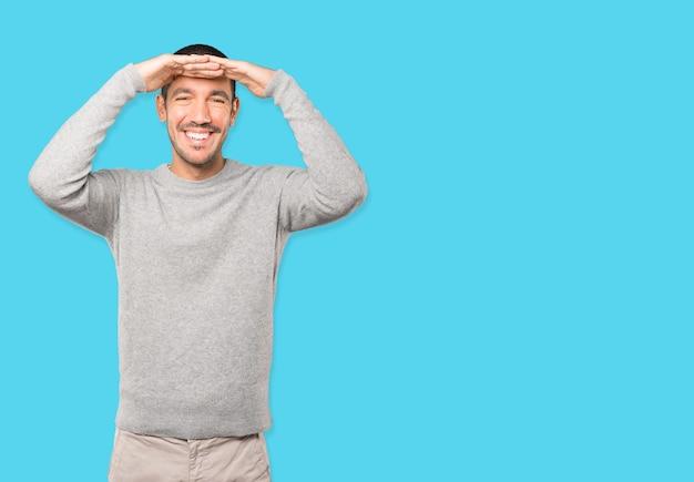 Verbaasde jongeman met een wegkijkend gebaar